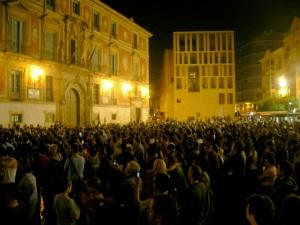 La plaza Cardenal Belluga en Murcia, durante la actuación de Leo Bassi